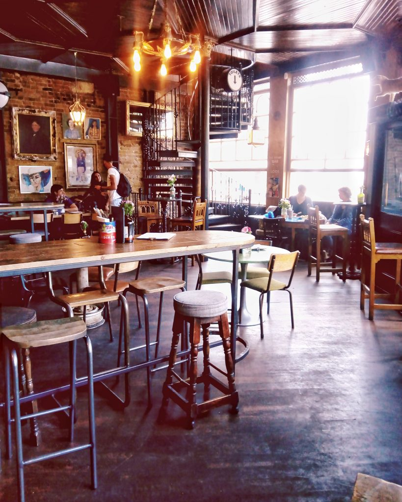 pub-the-cat-and-mutton-londres-con-amigos